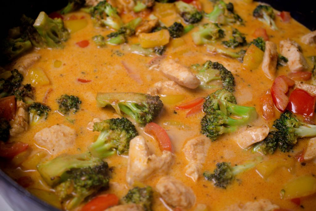 Don't know what to eat for dinner? This weeknight curry only needs a few staples and whatever veggies you have in the fridge! | Teaspoon of Nose