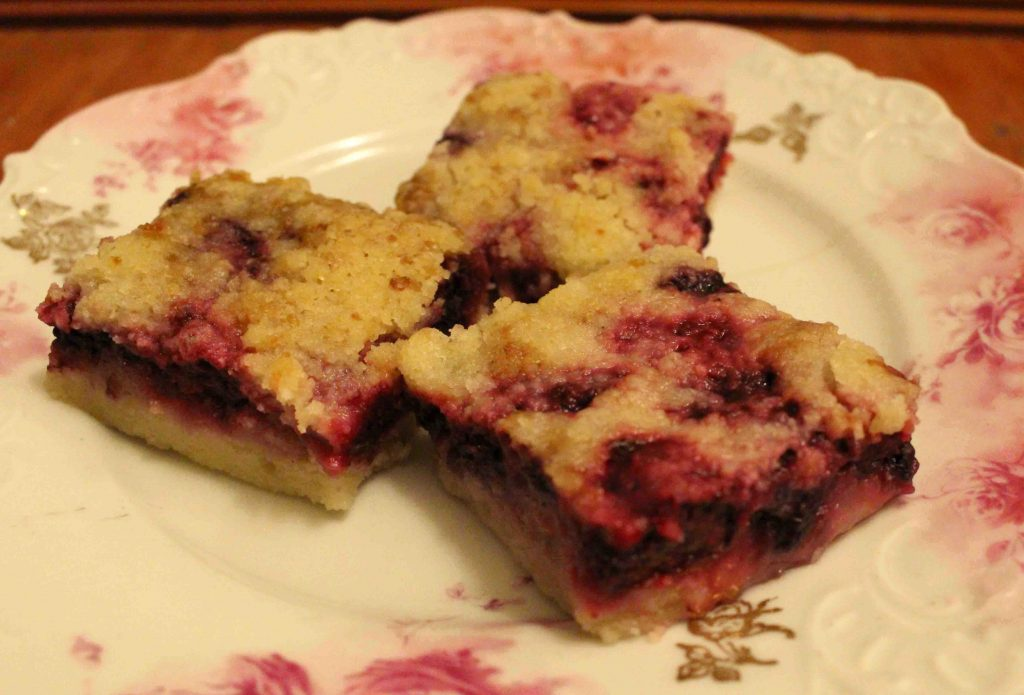 Blackberry pie bars are a simplified way to get that first taste of summer!  | Teaspoon of Nose