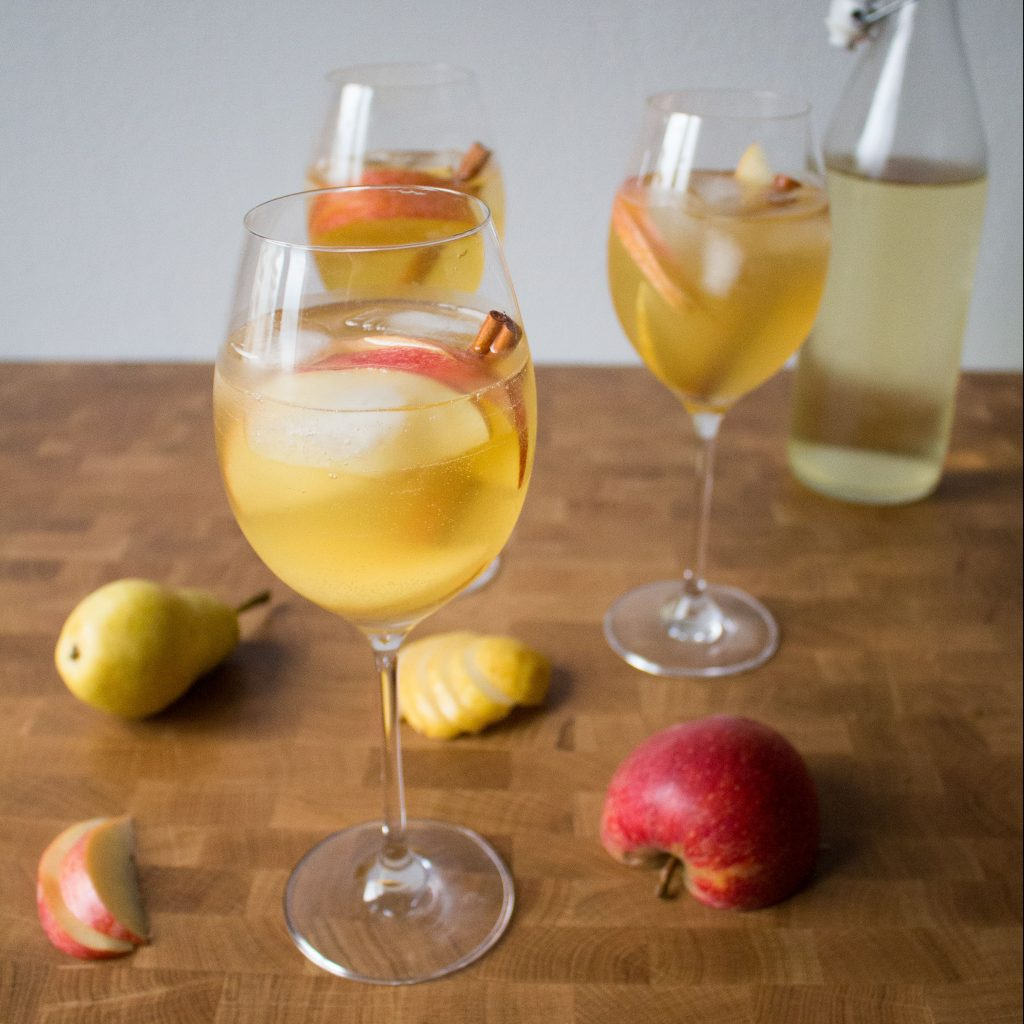 This refreshing fall prosecco cocktail lets you can embrace autumn flavors even if it's too hot for warm drinks!