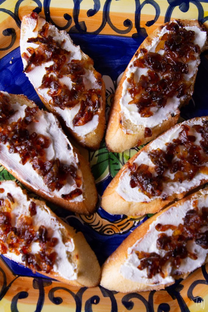 Fig crostini with goat cheese and caramelized onions make for an easy appetizer perfect for the heat of summer!