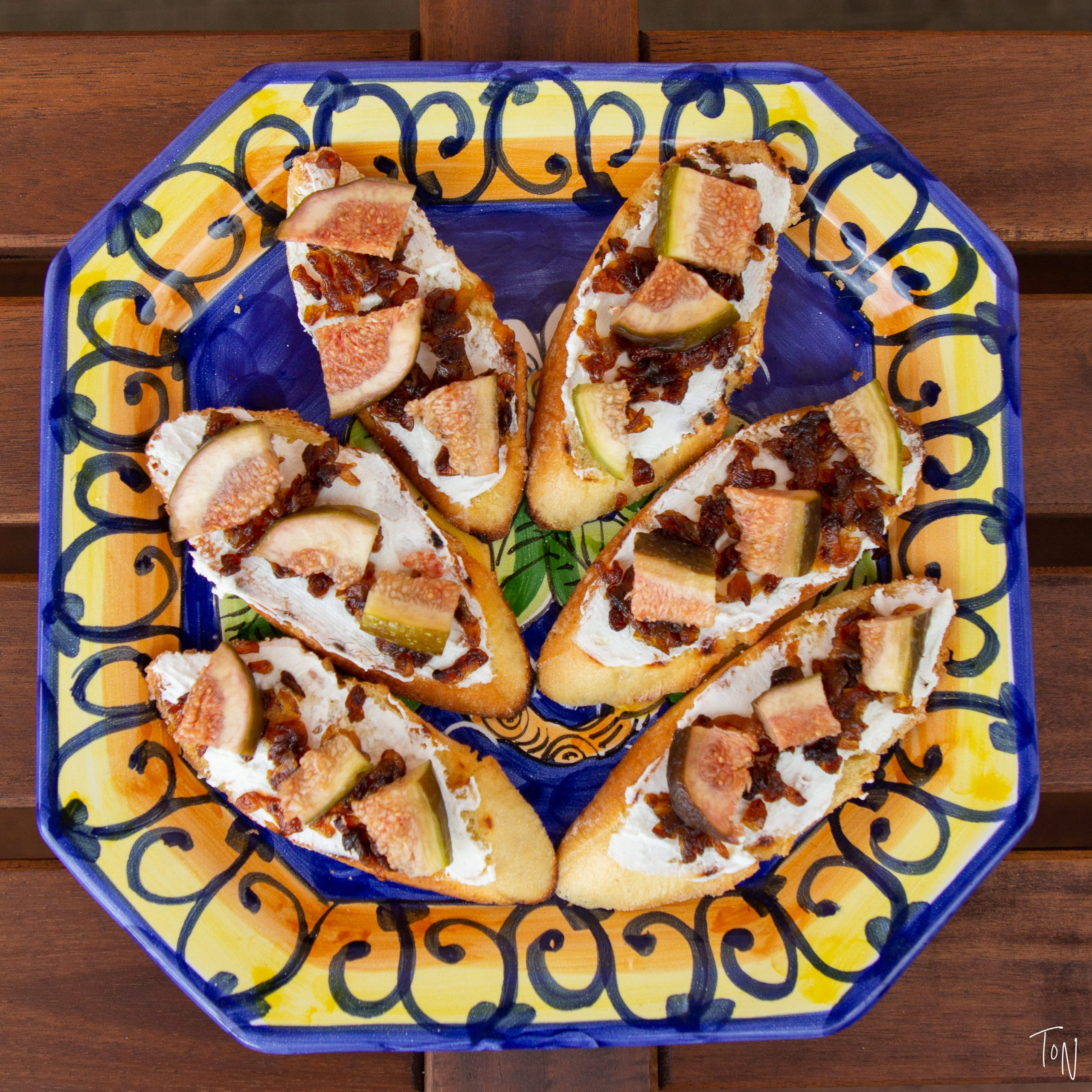 Fig crostini with goat cheese and caramelized onions will be the perfect summer appetizer! | Teaspoon of Nose