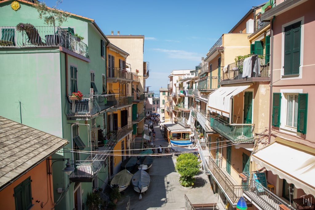 No trip to Cinque Terre is complete without visiting Manarola! Here's what you need to know to plan a day trip in Manarola. | Teaspoon of Nose